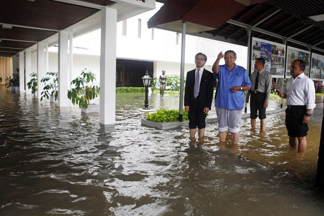 Indonesian President Susilo Bambang Yudhoyono, in blue, and Foreign Minister Marty Natalegawa, in suit, inspecting the flooded presidential palace on January 17, 2013 | © Dudi Anung | Presidential Secretariat | Associated Press
