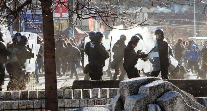 Ανεξέλεγκτες διαστάσεις έχουν λάβει οι αντικυβερνητικές διαδηλώσεις στη Βοσνία-Ερζεγοβίνη, που συγκλονίζεται για τρίτη συνεχή ημέρα από βίαια επεισόδια.