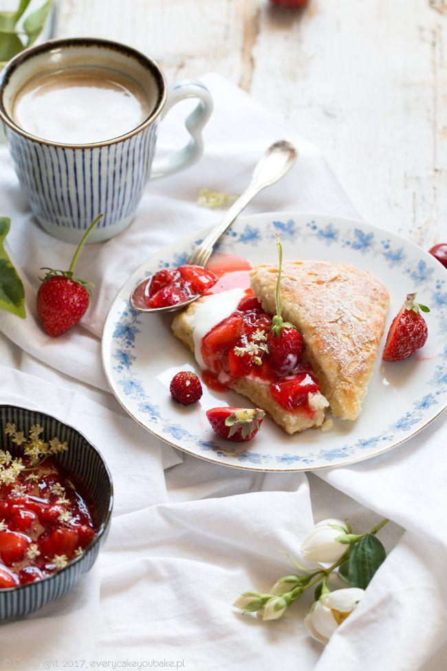 Maślankowe scones z sosem truskawkowym, buttermilk scones with strawberry sauce  #truskawki #scones #strawberry #śniadanie #breakfast