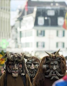 """Cada año nuevo """"Handermann"""", sra y amigos, visitan Interlaken, Suiza, causando  miedo y diversión a sus habitantes"""