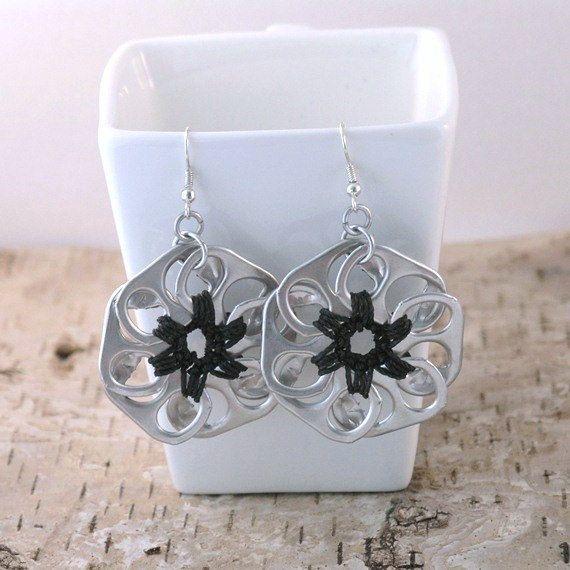 pop tab flower earrings  black crochet di tabsolute su Etsy