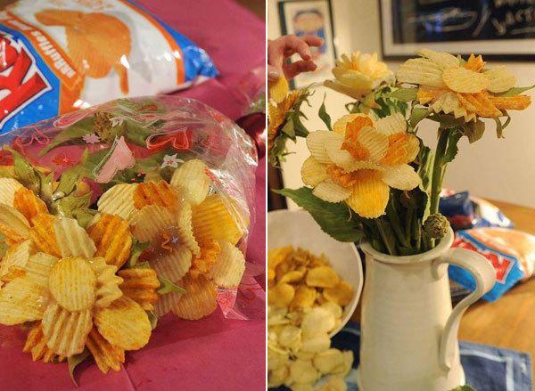 #Appetizer A bouquet made of #Ruffles #potato #chips #flowers #Art #Edible centerpiece #Creative idea #buffet #Valentine's day #wedding #quince #party #gift ++ #Aperitivo #Ramo #Centro de mesa #Flores #patatas #fritas #onduladas #Enamorados #Boda #Regalo Solo foto para inspiracion