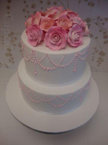 Simple, elegant white wedding cake in 1920s style