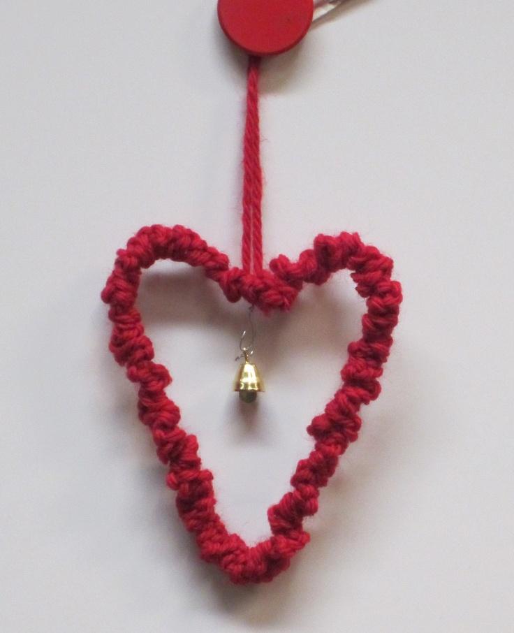 Virkattu sydän, jossa on rautalanka sisällä. 1lk