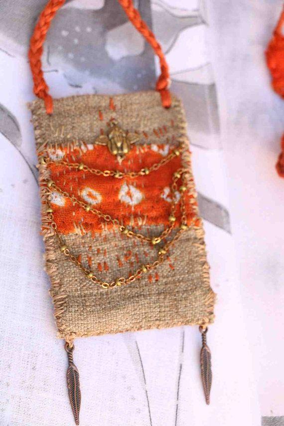 Textil-Anhänger in warmen Farben, voll genähte Hand, wofür habe ich eine alte handgewebte Leinen früher (um 1900 (glaube ich) ziemlich dick Webart und, dass ich mit Blättern aus dem Garten gefärbt. Ich zugeordnet ein Stück Indischer Schal Krawatte gefärbt und. Ich Nähte sie durch kleine Punkte der Farbe Natur- und orange, ein wenig Boro Sohn Ich habe hing ein wenig bronze Engel sowie eine kleine Kupfer-Kette und zwei kleine Kupfer-farbigen Metall-Federn. Oben richtet sich an kleine Objekte…