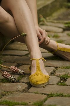 summer crochet sandals to make pretty and practical holiday fashion Sandalias crochet - Pattern <3