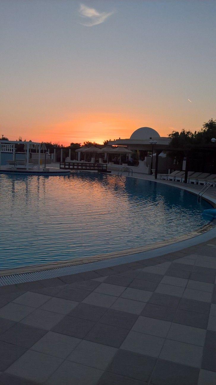Grecia, tramonto sulla piscina