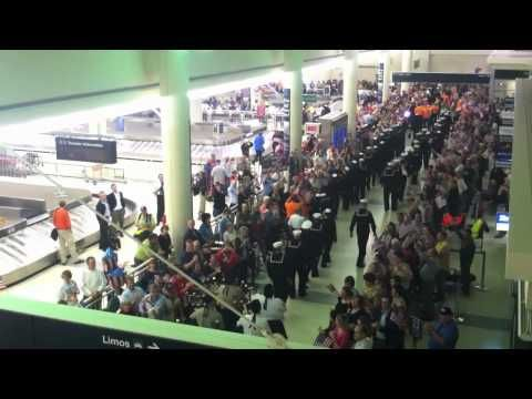 ▶ Troops Returning Home and WW2 Veterans - YouTube ... Just found this! posted 2011 but shows the way veterans should be received coming home! God Bless our Soldiers! God help our Government.