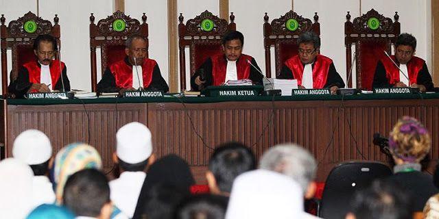 """Saksi Ahli MUI Mohon Hakim Kasus Ahok Berlaku Adil  JAKARTA -- Saksi Ahli dari Majelis Ulama Indonesia (MUI) Hamdan Rasyid pada sidang ke sembilan Basuki Tjahaja Purnama atau Ahok Selasa (7/2) memberikan pernyataan penutup usai memberikan keterangan. Dalam pernyataan penutupnya Hamdan mengingatkan akan pentingnya Hakim dan penegak hukum menegakkan keadilan yang seadil-adilnya. """"Saya sampaikan sabda Rasulullah dalam hadist yang shahih 'Umat zaman dahulu dimurkai dan dihancurkan oleh Allah SWT…"""