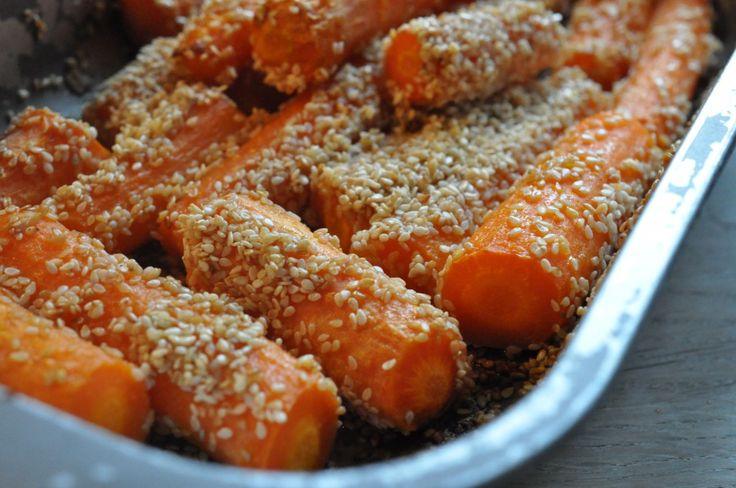 Bagte gulerødder med hvidløgssalt og sesam