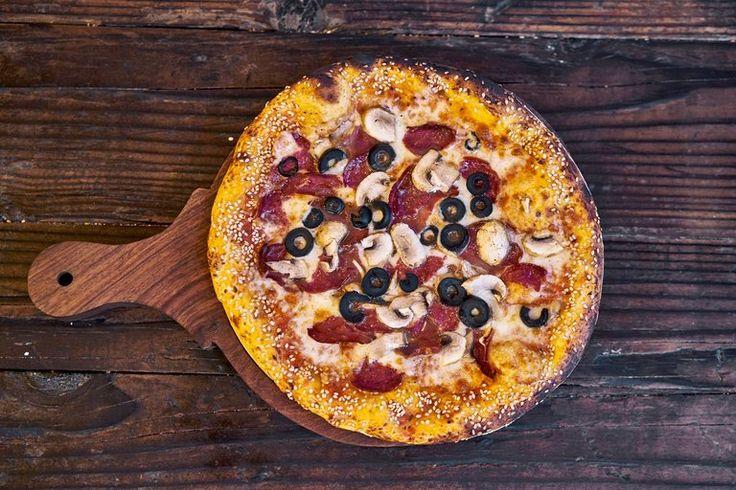 Jeśli w Waszej lodówce jest już nasze Ciasto w kulce mrożone lub świeże Best Bakery to wystarczy zorganizować jeszcze ser + czarne oliwki i kawałek ulubionego salami 👩🍳  acha i jeszcze sos do pizzy 😁🍕do tego wszytskiego dorzucamy jeszcze rozgrzany piekarnik i odrobinę chęci do pracy w kuchni przy przygotowaniu pizzy i już możemy się cieszyć z takiego oto apetycznego cudu jak na naszym zdjęciu 🤔🍕 Miłego i smacznego dnia weekendu z Waszą ulubioną pizzą🍕🍕🍕  Pani Ania, Stefan, Helmut,