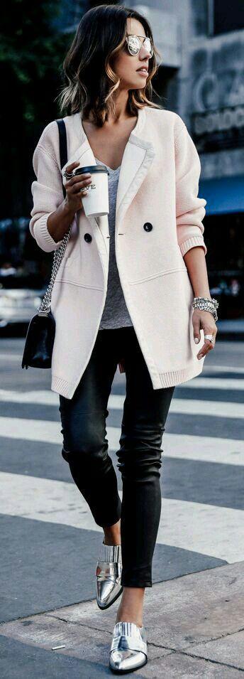 Outfits elegantes - Outfits fancy - Outfits girly - Girly Style - Abrigo Rosa - Sueter Rosa - Blusa gris - Blusa blanca - jeans negros - pantalones negros - vaqueros negros - zapatos plateados - zapatillas plateadas - zapatos ala moda - Lentes - Bolsa negra ♡