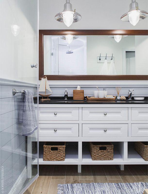 Детская ванная. Тумба, зеркало и настенные панели изготовлены на заказ.