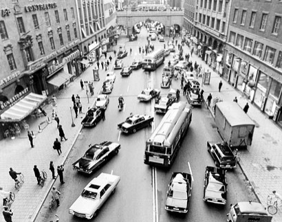 On September 3, 1967, Sweden switched from driving on the left-hand side of the road to the right. Photo: Leif Engberg/Scanpix