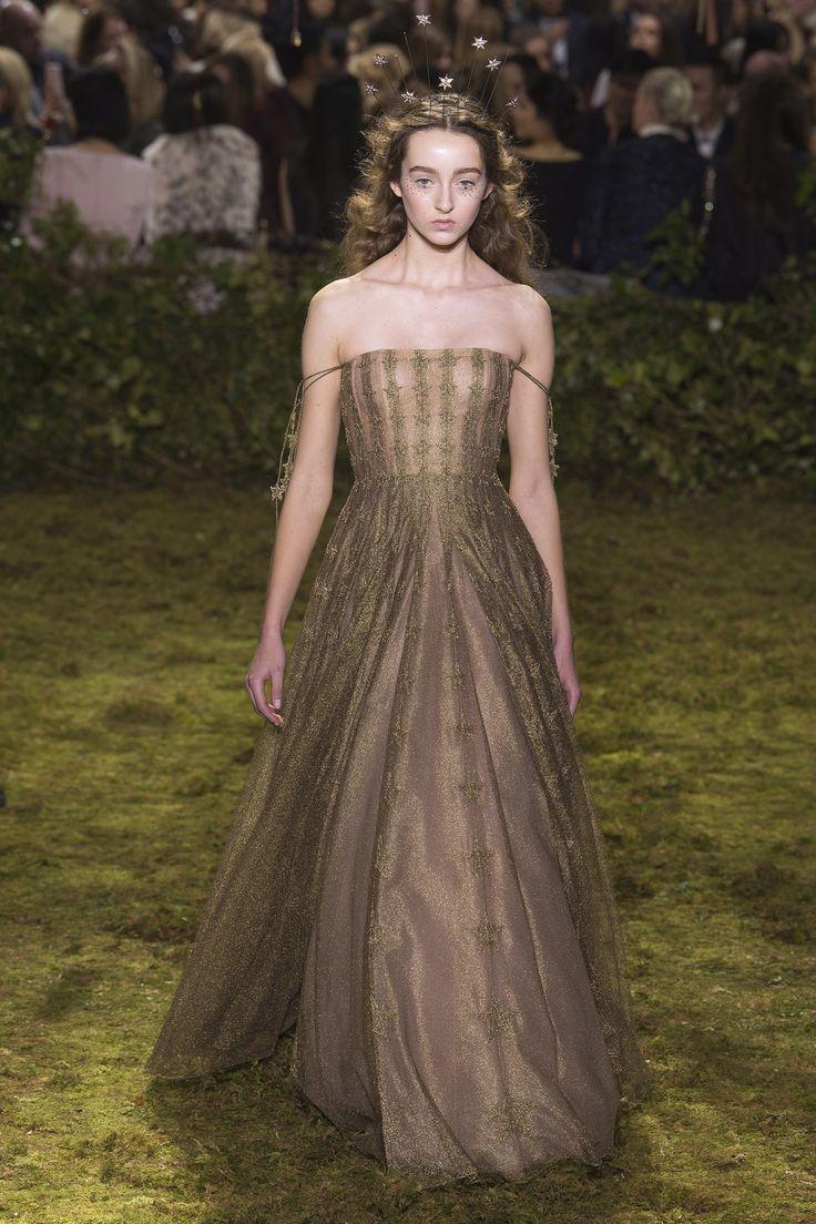 """Agora, se o cenário da festa é uma floresta, esse Dior compõe o look """"fada da floresta"""""""