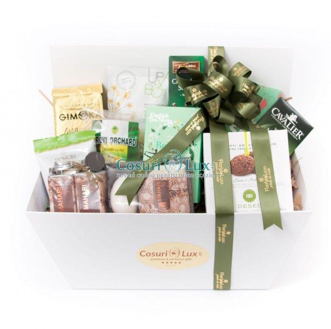 Cos cadou Green Refreshment este un cadou perfect pentru Craciun, Paste sau pentru aniversari. Contine produse premium, pe gustul oricui, cu accent pe ingrediente de calitate si aspect imbietor. Cosul alb, cu detalii aurii este un produs de lux unicat in Romania, iar decorul cu panglica verde menta luxurianta duce intregul cadou in spectrul unui gest de neuitat