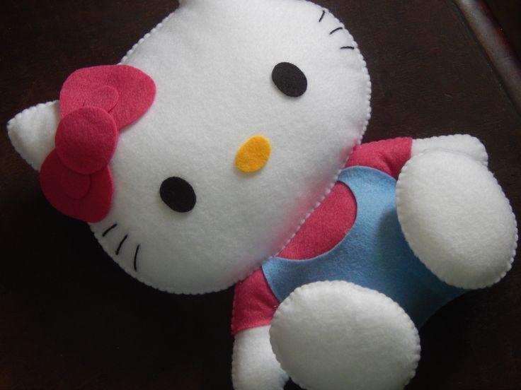 Hello Kitty confeccionada em feltro e preenchida com fibra siliconada. Mede aproximadamente 23 centímetros. Ideal para decoração de festas e quartos infantis.    Importante:  - As cores e estampas podem mudar se acordo com o gosto do cliente e disponibilidade.  - O prazo para confecção inicia-se ...