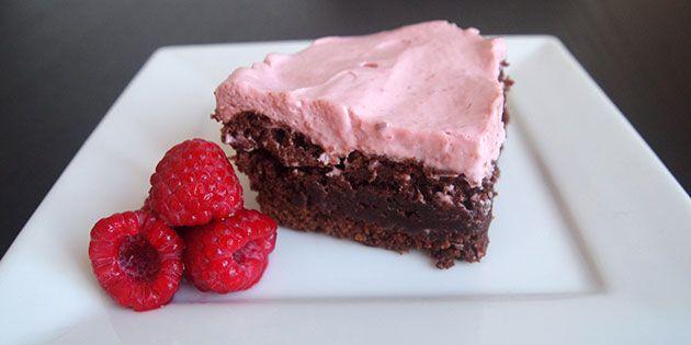 Super svampet chokolade med den lækreste hindbærmousse på toppen. Kagen er virkelig nem at lave, og opskriften bliver garanteret en ny favorit, når du har prøvet det.