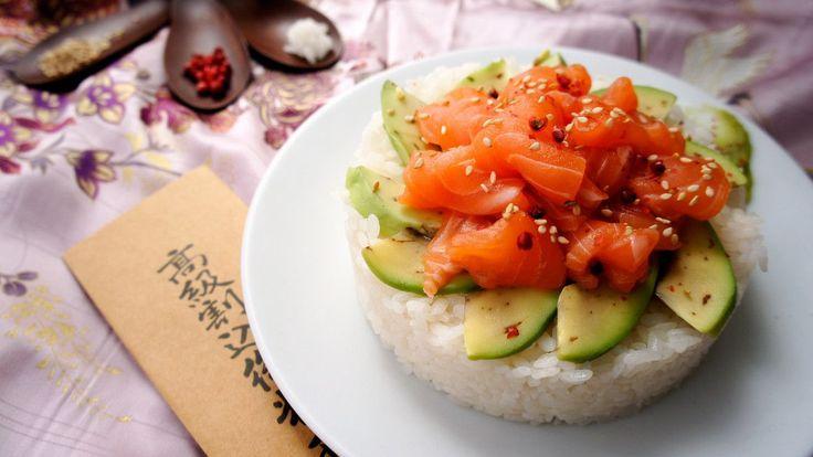 Basta un salto al mercato per ricreare in casa i sapori e l'amore per i dettagli tipici della cucina giapponese. È necessario solo tenere a mente che la cucina giapponese è arte, composizione ed armonia! Se pensate di non avere abbastanza tempo per curare nei dettagli la preparazione di un sushi, vi consigliamo di gustarne la sua versione ricca e scomposta, il chirashi o chirashizushi. Una ciotola di riso perfettamente aromatizzato su cui viene disposto in modo ordinato e preciso delle…