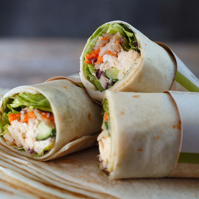 根菜(ごぼう、れんこん、にんじん)とチキンをゴマだれであえた根菜チキンサラダとフレッシュ野菜を組み合わせたサラダラップ。
