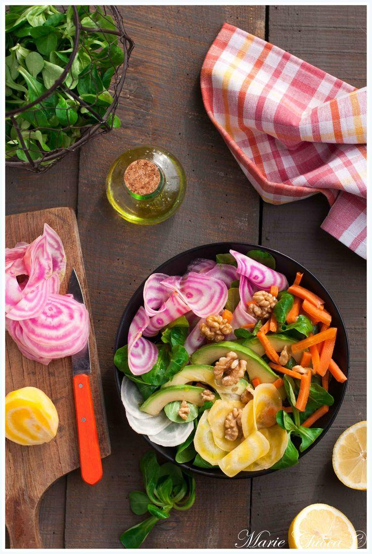 Salade d'hiver super-vitaminée. Avec de la mâche, de l'avocat, des noix, de la betterave crue, du citron, bref, tout ce qu'on peut rêver de mieux pour le foie