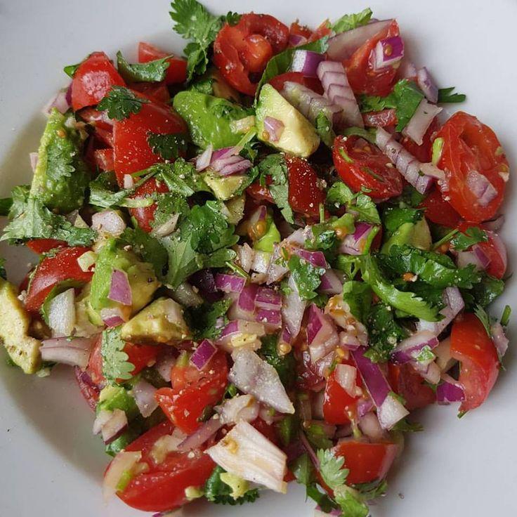 Ma's Mexicaanse Salade!  Ingrediënten: - cherry tomaatjes - halve rode ui - 1 kleine avocado - verse koriander - 2 kleine teentjes verse biologische knoflook - snufje zout & peper - beetje citroensap naar smaak toevoegen  Lekker met wat tortilla- of zoete aardappelchips. Ook Lekker met een klein stukje meergranenstokbrood. Deze salade smaakt ook heerlijk als je hem zo eet. #salade #koolhydraatarm