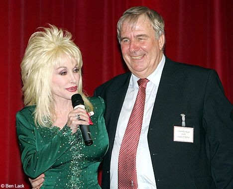 Dolly Parton hints that she has an open marriage as she visits Rotherham | Daily Mail Online