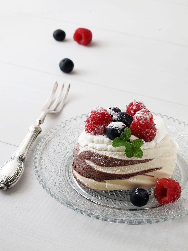 Mini pavlove variegate al cioccolato con frutti di bosco