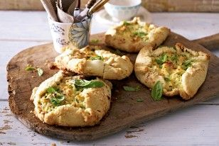 Zucchini-Ricotta-Küchlein | 6 Stück | 2 kleine Zucchini (ca. 300 g), Salz, Pfeffer, 200 g mittelalter Gouda, 300 g + etwas Mehl, 160 g kalte Butter, 1 Lauchzwiebel, 1 Knoblauchzehe, 2 EL gutes Olivenöl, 1 TL Zitronensaft, 1 Töpfchen/Bund Basilikum, 250 g cremiger Ricotta, 1 Ei