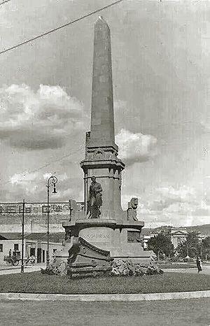 """La estatua en su primera ubicación (Plaza Sotomayor), hacia 1880-1890.   Coordenadas: 33° 2'38.89""""S 71°37'20.74""""W   La deuda chilena con ..."""