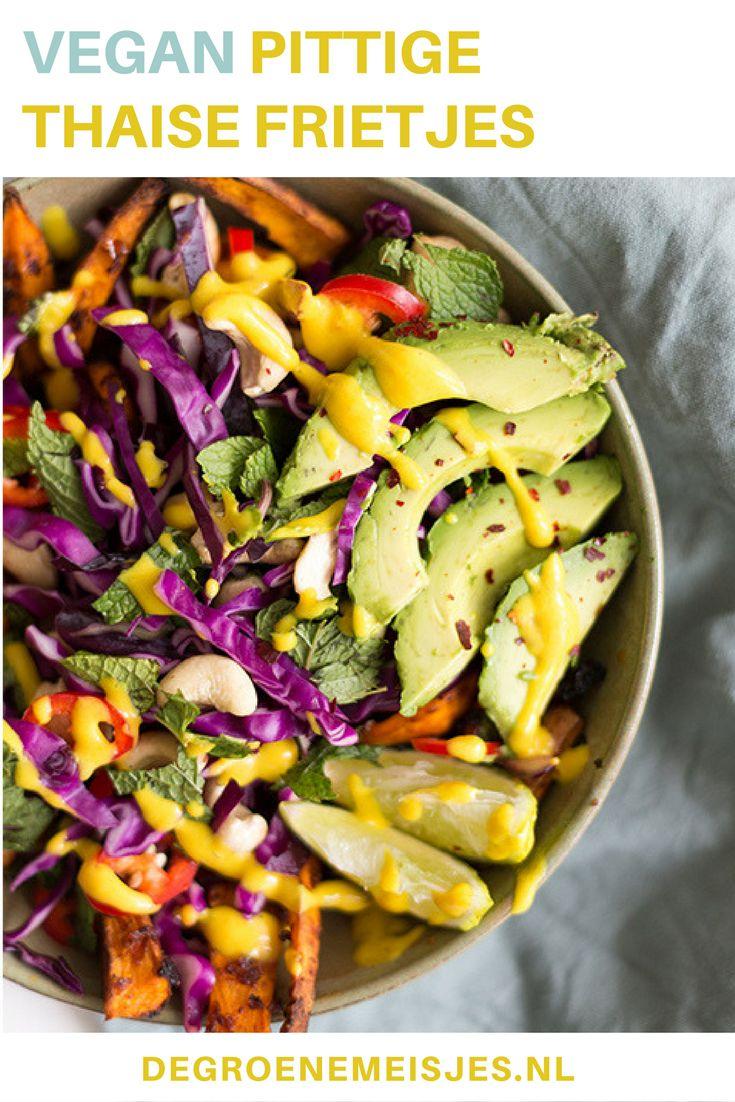 Pittige Thaise frietjes van zoete aardappel, sambal, rode kool, avocado, limoen en een heerlijk sausje van o.a. mango kokosmelk en kurkuma. Lees het recept op de blog.