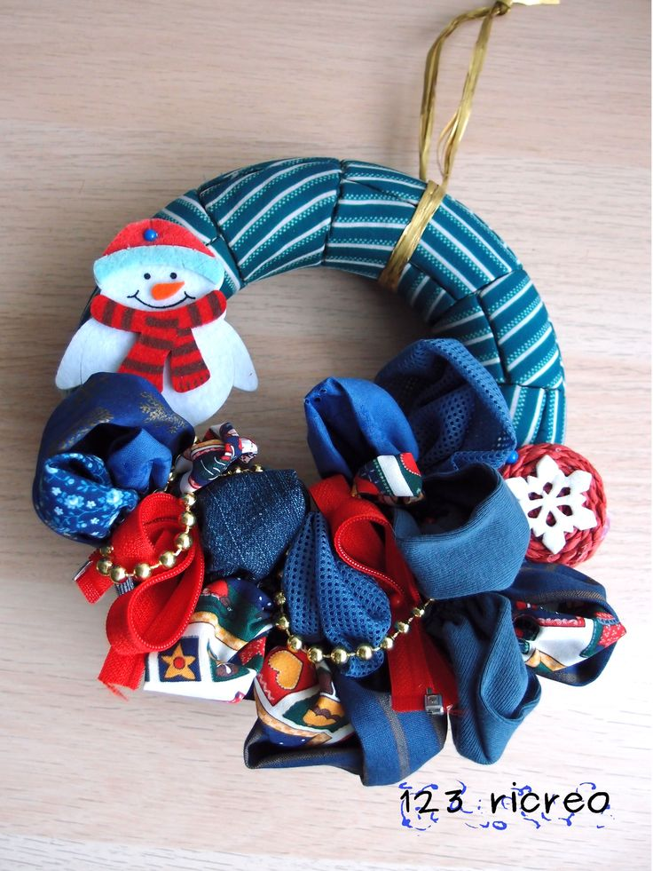 Fuori porta di Natale da un cerchio di polistirolo e materiale di riciclo - 123ricreo