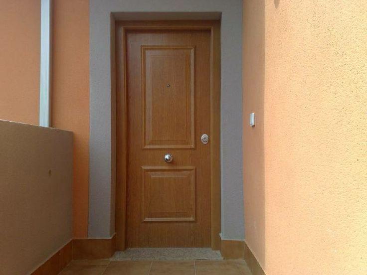Puerta blindada con cerradura de seguridad y refuerzo de - Cerradura seguridad puerta ...
