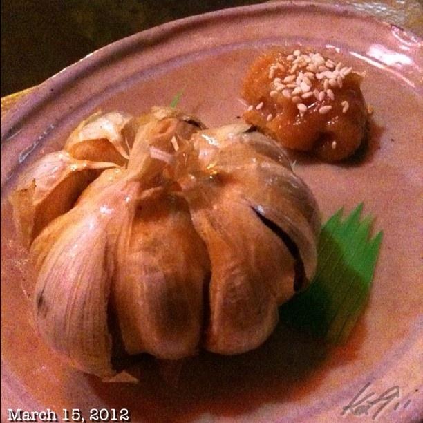居酒屋螢。 定番? 血液さらさらニンニク丸揚げ #izakaya #hotaru #japanese #food #dinner #philippines
