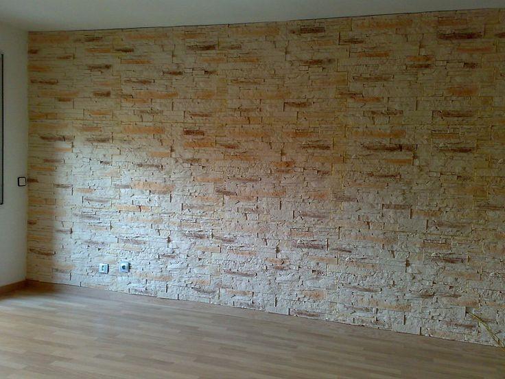 Si quieres conseguir un cambio grande en una habitación de la casa sin grandes obras, puedes revestir una pared con piedra a partir de placas de poliuretano. Aq