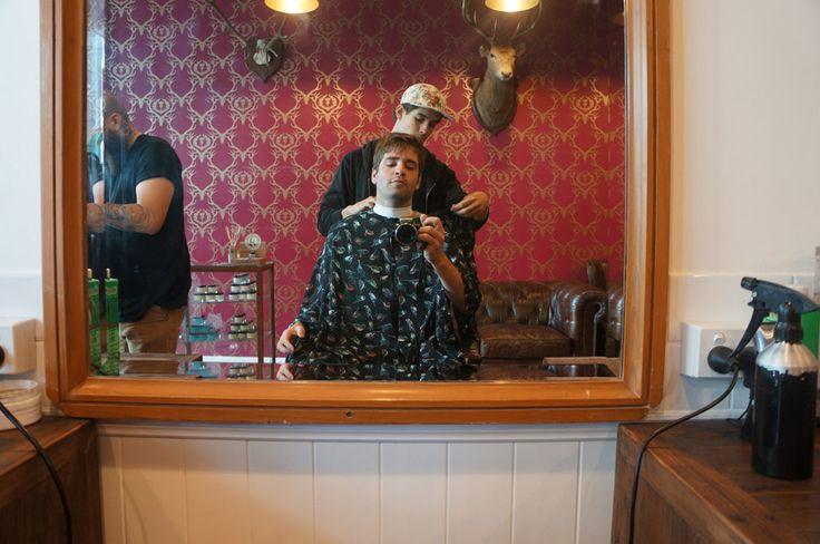 Conheci uma barbearia muito louca em Surfers Paradise: um cabeleireiro skatista, outro tatuador. Cerveja para os clientes e fogo na tesoura. Juro!