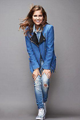Natalia Sánchez con chaqueta de Sinty, jeans @ONLYjeans y zapatillas @vans.