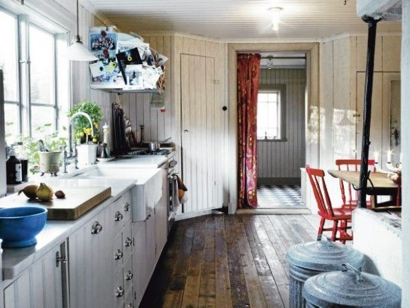 lovE!  look at that floor!  cottage kitchen