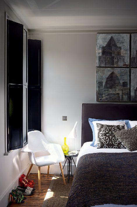 Chambre cosy avec le fauteuil Organic chair de Eero Saarinen et Charles Eames (Vitra)