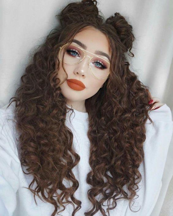 Inspiração: 20 ideias de penteados para cabelos cacheados | Hairstyles with bangs, Long hair styles, Shaggy haircuts