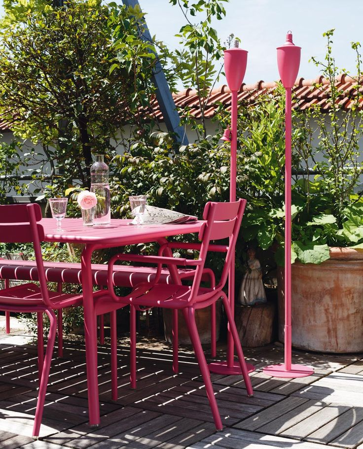 #Terrasse avec table et chaises #Luxembourg couleur #rose #Fuchsia #Fermob / #outdoor