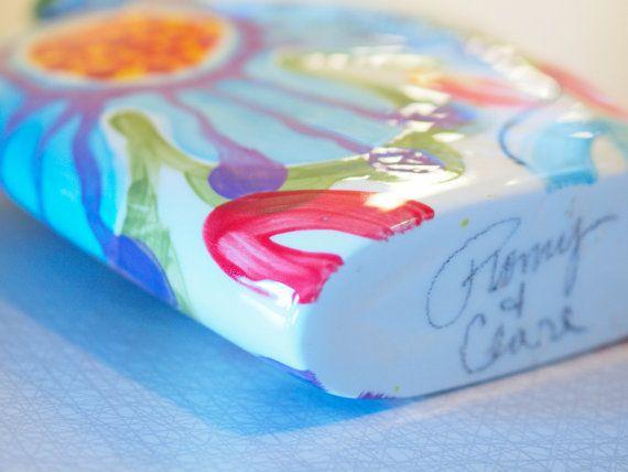 Florero de envolvente gran júbilo 9x7.5 Hecho a la medida Júbilo fue inspirado por la paleta de colores de las flores de la primavera fuera de nuestro estudio que se encuentra en seis acres de Clare de la vida. Tulipanes rojos o gritando margaritas gerbera naranja o peonías blancas encontrará a un amigo en este vaso. Incluso solo es una adición alegre donde nunca puede mostrarse. A mano alzada dibujamos, pintura a mano y firmar individualmente cada pieza. Mediante el uso de varias capas d...