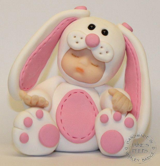hermoso bebe con mameluco de conejo
