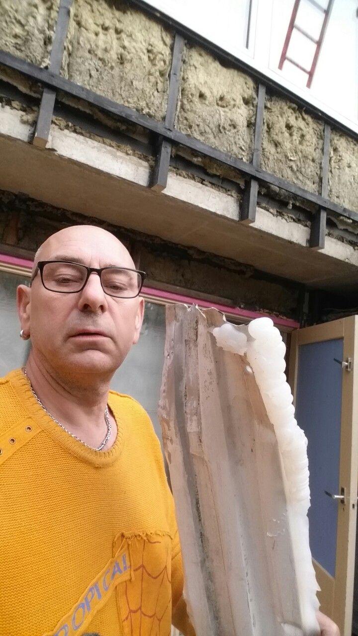 Aevum kozijnen in Hoorn. een hoop bla bla over kwaliteit en vakmensen, en een uitstekende service. Aevum heeft tientallen huizenblokken in Hoorn voorzien van (veel te dure) gevelbekleding. deze bekleding zit er geheel verkeerd op gemonteerd waardoor er binnen een aantal jaren vocht en schimmelschade te verwachten is. Ik ben zelf afgehaakt van dit project. Het bedrijf Aevum uit Hoorn heeft mijn huis zwaar beschadigd met het geklungel van naar mijn mening zeer onbekwame monteurs.