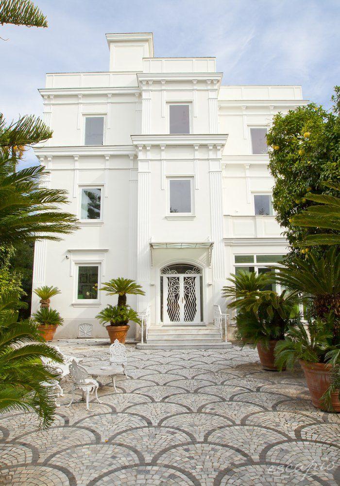 Plant love. Eingang zum Hotel Villa dei d'Armiento Maison de Charme in Sorrent, Italien