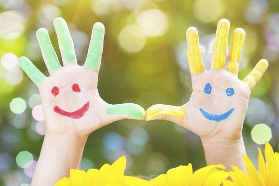 Fingerspiele sind nicht nur witzig, sie regen auch die Fantasie und die Sprachentwicklung an. Die schönsten Fingerspiele finden Sie bei uns! © Thinkstock