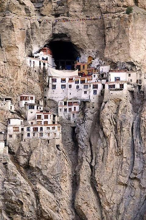 Monasterio de Phuktal. Zanskar Monasterio Tibetano. En los Himalayas de India. Refugio del budismo tibetano en su exilio del Tibet. Para llegar a él se caminan unos seis días desde el amanecer hasta la puesta de sol, ya que sólo puede accederse a pie por la estrecha y en muchas ocasiones peligrosa vereda que transcurre paralela, entre la tierra y el cielo, al cauce del Rio Zanskar.