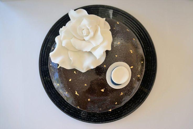 Det här är en tårta som består av en seg browniebotten, den absolut godastehallonmoussen samt en passionsfruktsmousse. Tårtan är täckt…