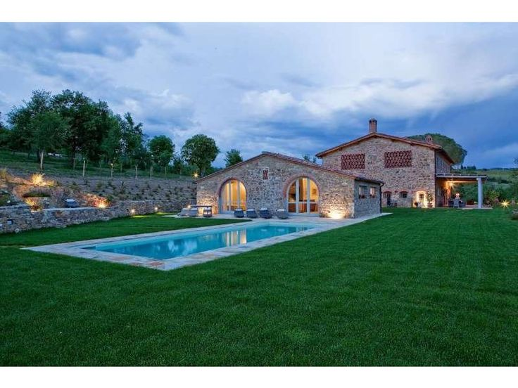 In a panoramic position, in the heart of the Chianti Classico region, amongst rolling hills, vineyards and woods, this luxurious villa is in an idyllic location. http://www.retemax.com/chianti-villa-with-annex-pool-and-33-o640396.html