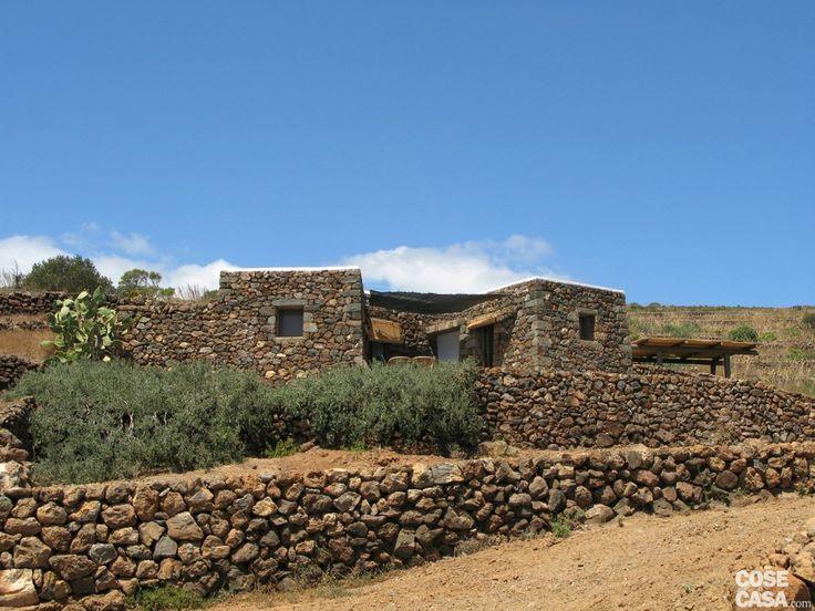 L'isola di Pantelleria, nel Mediterraneo a Sud-Ovest della Sicilia, è disseminata di queste piccole costruzioni rurali di forma cubica, realizzate in pietra a secco con fondazioni poco profonde. #casa #home #dammuso #pantelleria